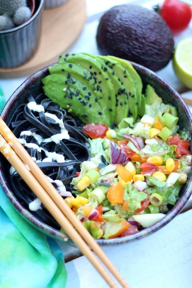 salade de pâtes aux légumes d'été sauce crémeuse à l'avocat