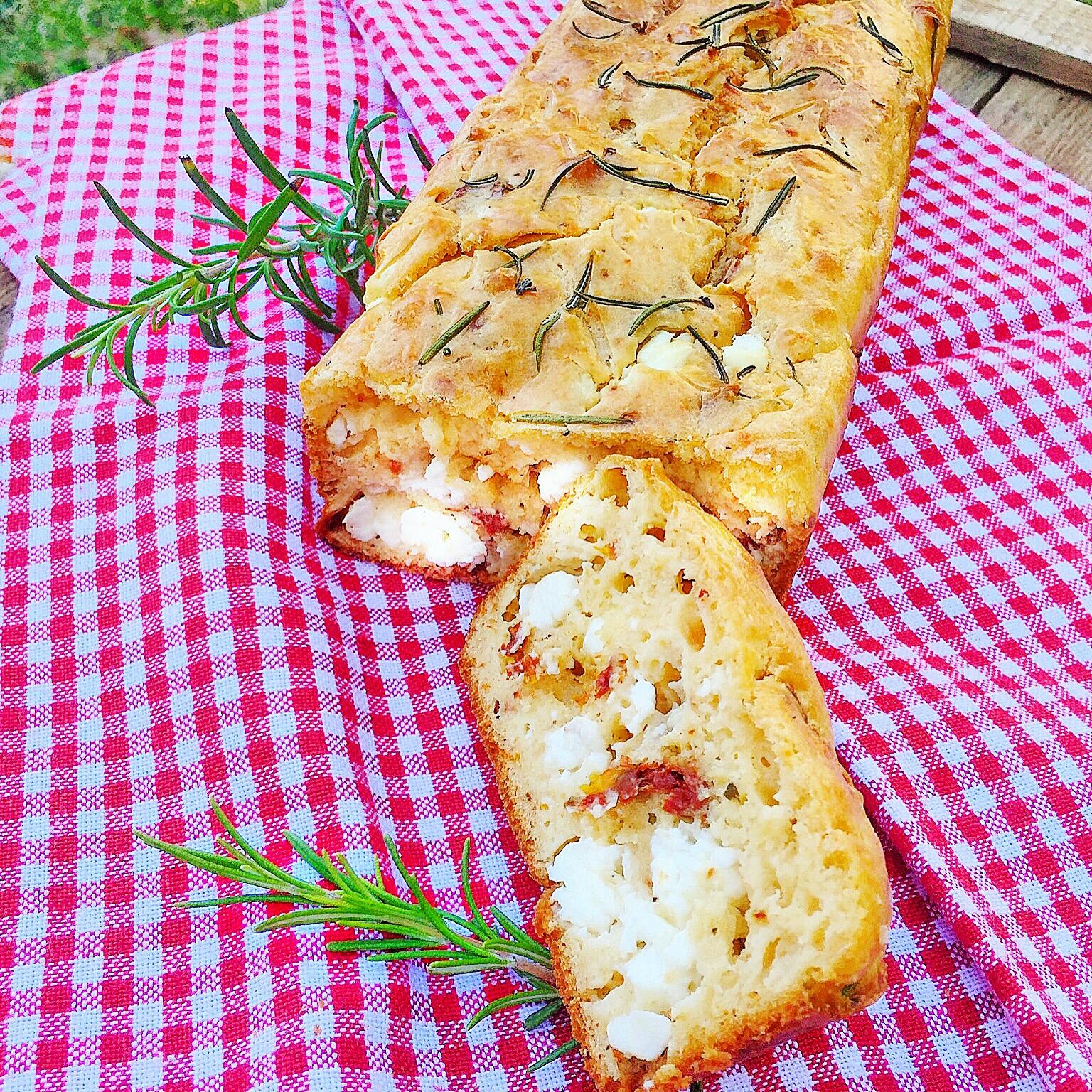 Cake romarin tomates séchées et feta