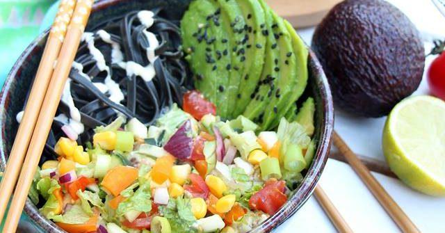salade de pâte aux légumes d'été sauce c rémeuse à l'avocat